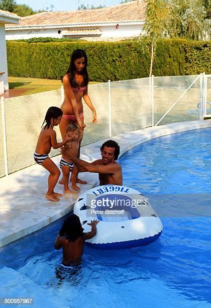 Julio Iglesias mit Frau Isabel und Söhnen, Julio Jose, Enrique-Miguel, Tochter Isabel Junior,, Familie, Urlaub, Torremolinos, Costa del Sol/Spanien,...
