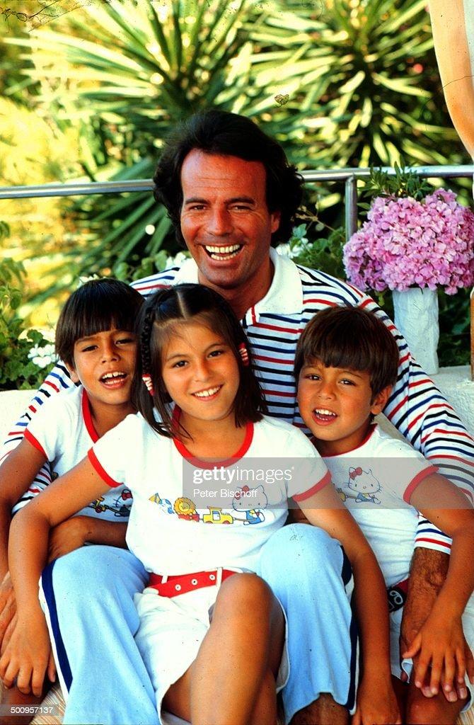 Julio Iglesias mit Kindern Julio-Jose, Marie-Isabel, Enrique-Miguel,,  Urlaub, Flori : News Photo