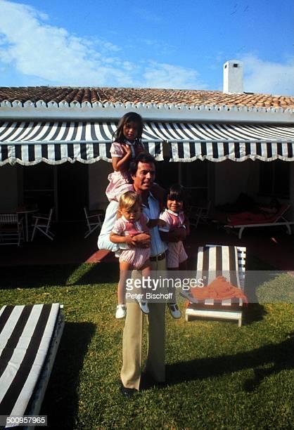 Julio Iglesias mit Söhnen Julio-Jose, Enrique-Miguel, Tochter Marie-Isabel,, Familie, Urlaub, Torremolinos, Costa del Sol/Spanien, Promi, Foto:...