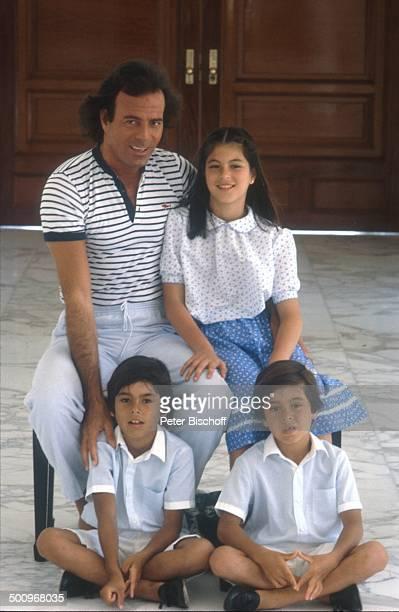 Julio Iglesias, mit Tochter Marie Isabel Junior, und den Söhnen Enrique Miguel, Julio José ,, Familie, Torremolinos, Costa del Sol/Spanien, -AK,...