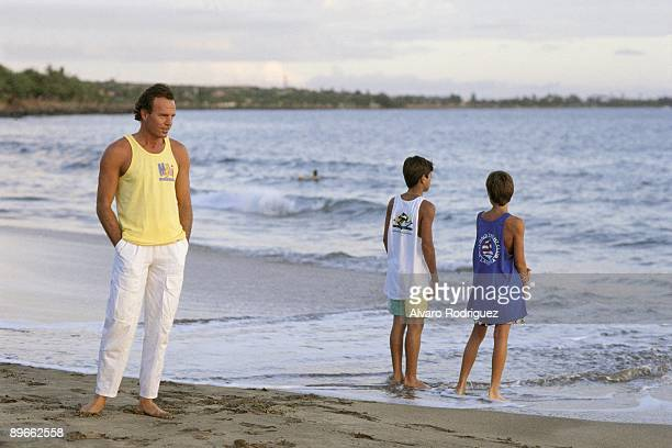 Julio Iglesias next to his sons Enrique and Julio Jose in Hawai In the beach