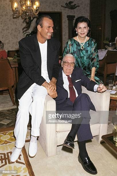 Julio Iglesias next to Isabel Preysler´s parents