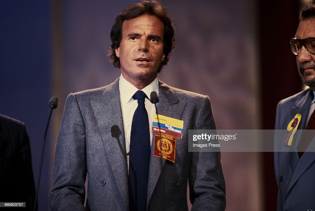 Julio Iglesias on stage during a Telethon for Colombia... : News Photo
