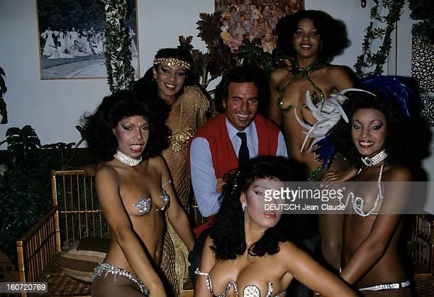 Julio Iglesias On Tour In Brazil Brésil 1982 Lors de la tournée de Julio IGLESIAS pour une série de récitals posant avec les danseuses du nightclub...