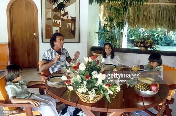 Julio Iglesias, Sohn Enrique re.), Sohn Julio jr. , Tochter Rosaria ,, Tisch, Homestory, Miami, USA, Familie, Vater, Bruder, P.-Nr.: / /TI, Promi,...