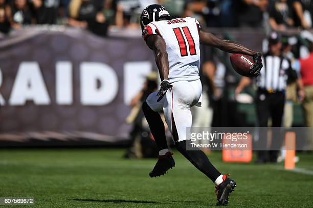 Julio Jones of the Atlanta Falcons scores a 21yard touchdown against the Oakland Raiders during their NFL game at OaklandAlameda County Coliseum on...