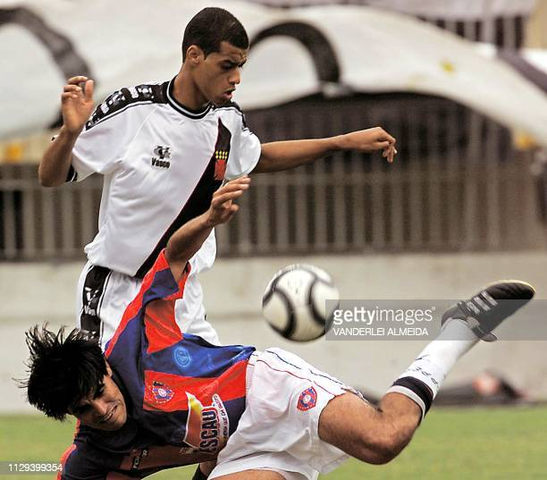 Julio Meza of the paraguayan team Cerro Porteno falls as Geder of the brazilian team Vasco da Gama 17 October 2001 Julio Meza del equipo paraguayo...