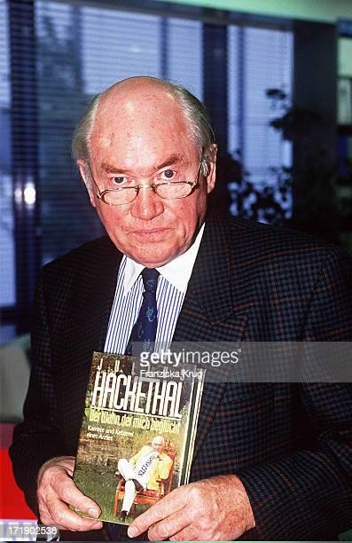 Julius Hackethal Mit Seinem Neuen Buch