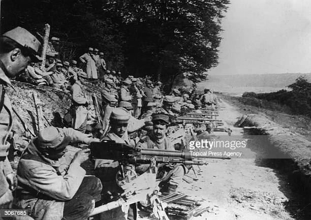 French soldiers at the front line are armed with the Mitrailleuse St Etienne 1907 machine gun