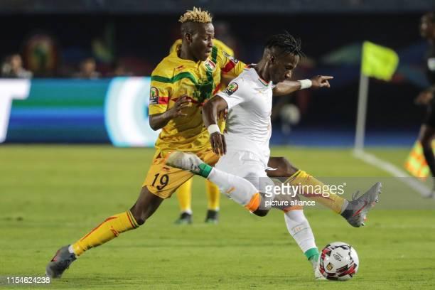 July 2019, Egypt, Suez: Soccer: Africa Cup, Mali - Ivory Coast, knockout round, round of 16: Malis Moussa Djenepo and Mamadou Bagayoko of Ivory Coast...