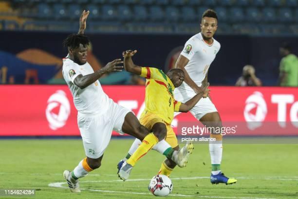 July 2019, Egypt, Suez: Soccer: Africa Cup, Mali - Ivory Coast, knockout round, round of 16: Malis Amandou Haidara fights with Franck Kessie and...