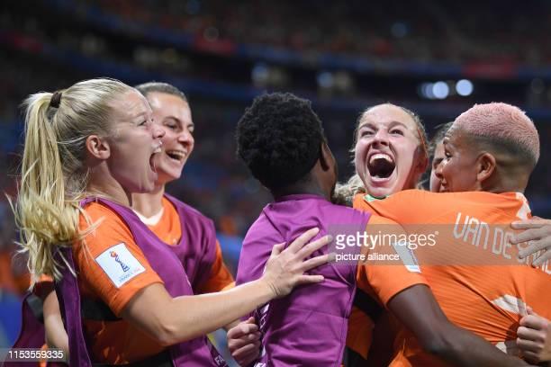 July 2019, France , Décines-Charpieu: Football, women: WM, Netherlands - Sweden, final round, semi-final, Stade de Lyon: Dutch players cheer after...