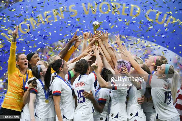 July 2019, France , Décines-Charpieu: Football, women: WM, USA - Netherlands, final, Stade de Lyon: The US players celebrate their victory and cheer...