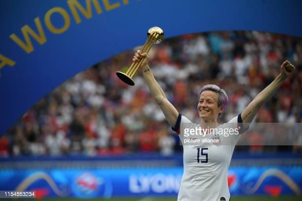 July 2019, France , Décines-Charpieu: Football, women: WM, USA - Netherlands, final round, final, Stade de Lyon: Megan Rapinoe from the USA holds the...