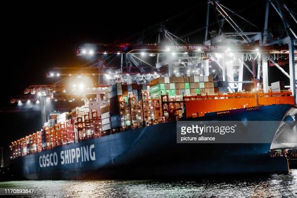 The Chinese container freighter COSCO Shipping Leo is located at the Steinwerder container terminal of Hamburger Hafen und Logistik AG The China...