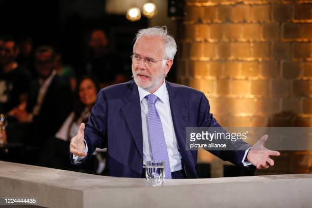"""Harald Schmidt sits with """"Gysi & Schmidt: Der ntv Rückblick"""" in the Bricks-Club Photo: Gerald Matzka/dpa-Zentralbild/ZB"""