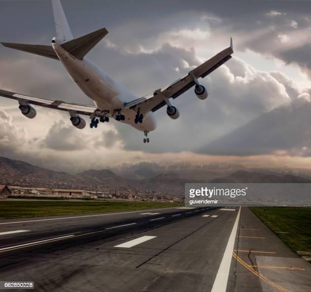 Jumbo Jet vliegtuig landing in de schemering