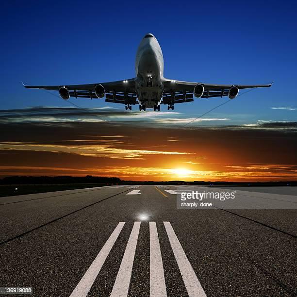 XL jumbo jet Avion atterrissant au coucher du soleil