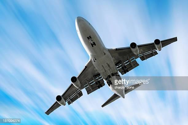 XXL jumbo jet Avion atterrissant à effet de flou en mouvement ciel