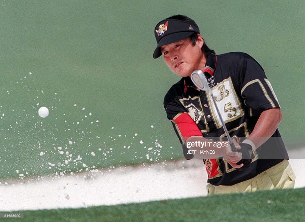 Jumbo Ozaki of Japan chips onto the second green 1 : Photo d'actualité
