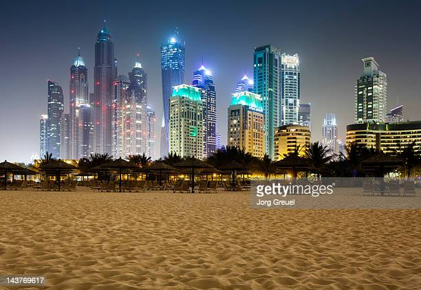 jumeirah beach at night - dubai strand stock-fotos und bilder