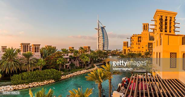 jumeirah, burj al-arab from medinat jumeirah - dubai - fotografias e filmes do acervo