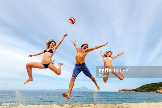 sauter et crier sur la plage - marquer photos et images de collection