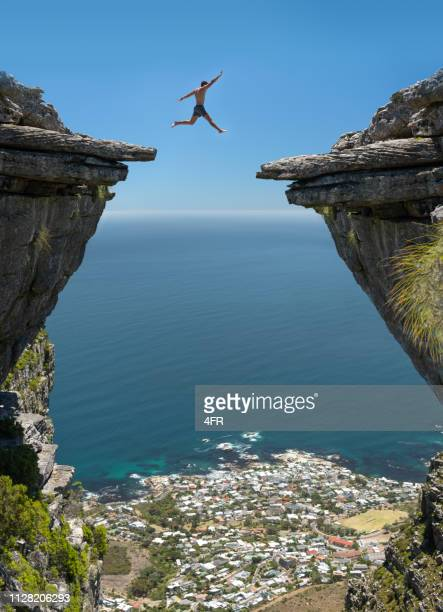springen! glaub an dich - klippe stock-fotos und bilder