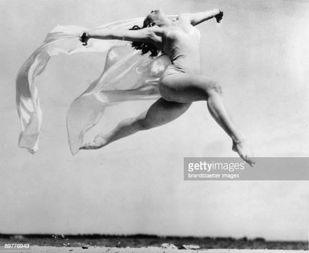 Jump of the dancer Sally Rand St Petersbourg Florida Photograph Around 1935