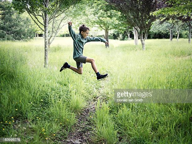 jump - 男児1人 ストックフォトと画像