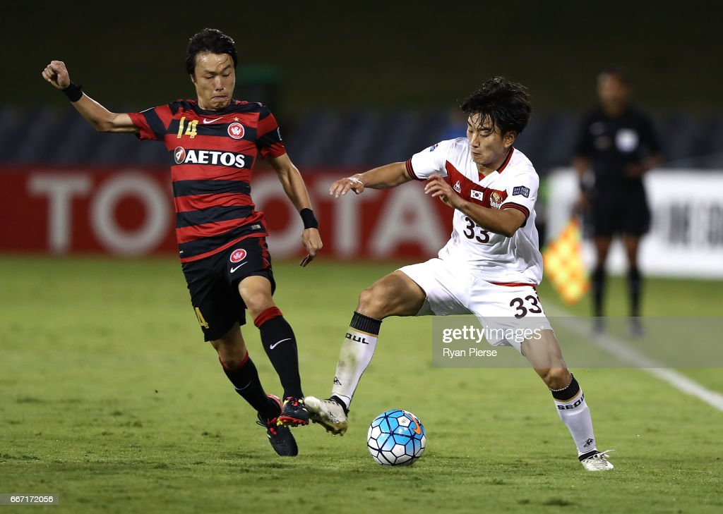 Jumpei Kusukami of the Wanderers competes for the ball against Pak Mingyu of FC Seoul during the AFC Champions League match between the Western Sydney Wanderers and FC Seoul at Campbelltown Sports Stadium on April 11, 2017 in Sydney, Australia.