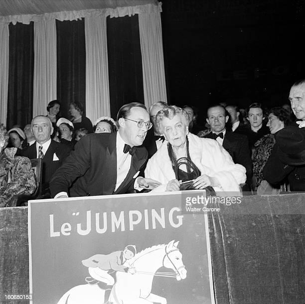 Jumping At The Palais Des Sports Paris France octobre 1952 Finale du Jumping au Palais des Sports Dans les tribunes le prince Bernhard DE LIPPE avec...