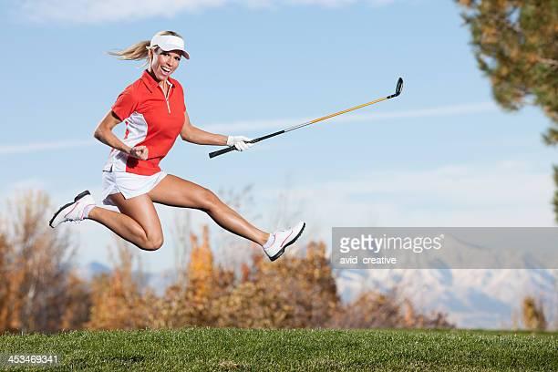 jumping: glücklich weiblichen golfer - golf lustig stock-fotos und bilder