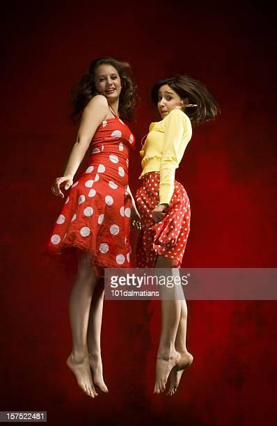 chicas salto - piernas bonitas de mujer fotografías e imágenes de stock