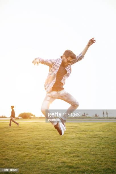 Saut heureux jeune homme