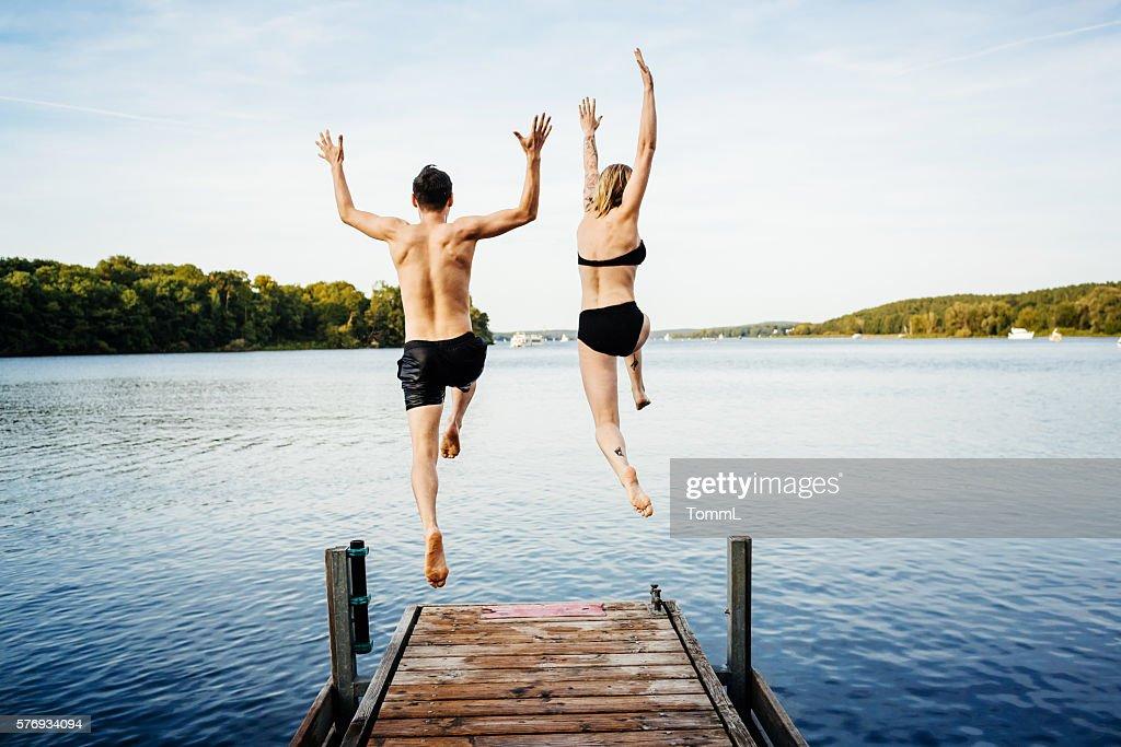 Springen in das Wasser aus Anlegesteg : Stock-Foto