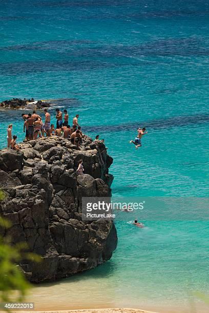 saltou rock em oahu, havaí, - waimea bay - fotografias e filmes do acervo