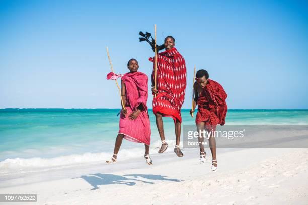sauter sur la plage - masai photos et images de collection