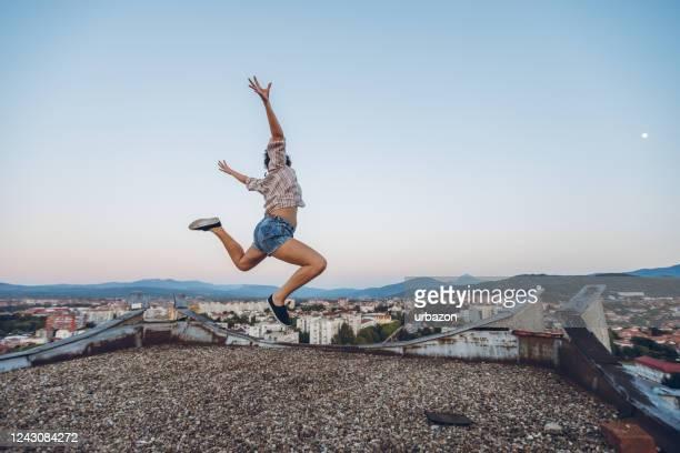 sauter sur le toit - short photos et images de collection