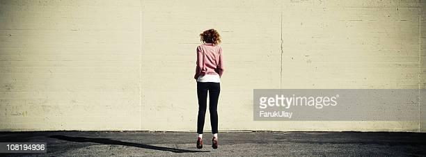 jumping - enge jeans stock-fotos und bilder