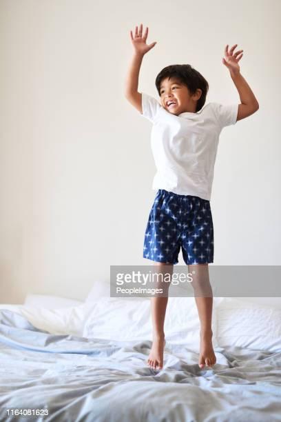 springen voor vreugde! - alleen één jongen stockfoto's en -beelden