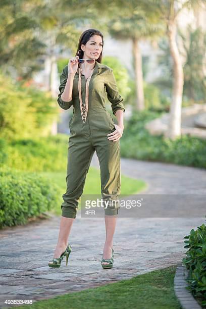 Mono moda, modelo posando en tacones al aire libre
