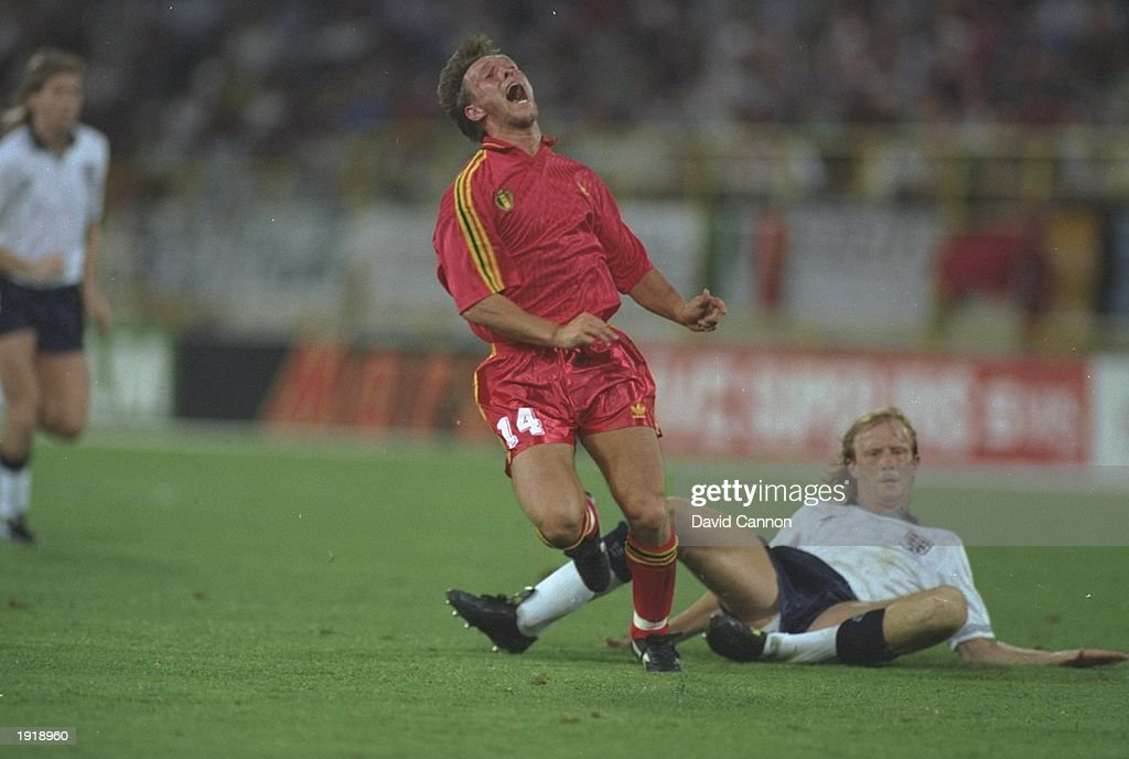 Nico Clausen of Belgium tackles Mark Wright of England : Foto jornalística