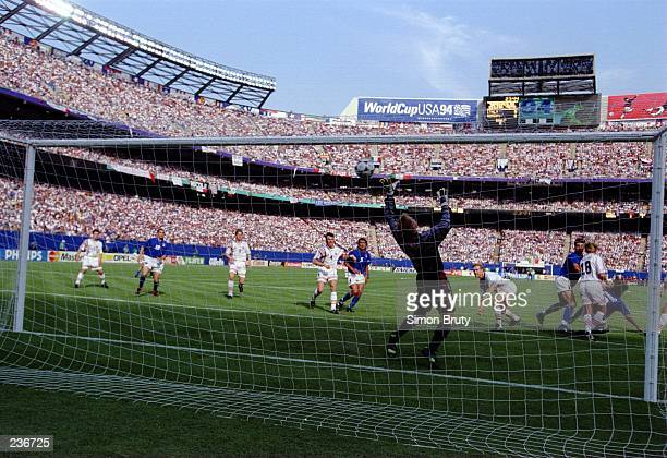 DINO BAGGIO SCORES THE WINNING GOAL, AS ITALY DEFEATS NORWAY 1-0 IN THE 1994 WORLD CUP AT THE GIANTS STADIUM AT THE MEADOWLANDS IN EAST RUTHERFORD,...