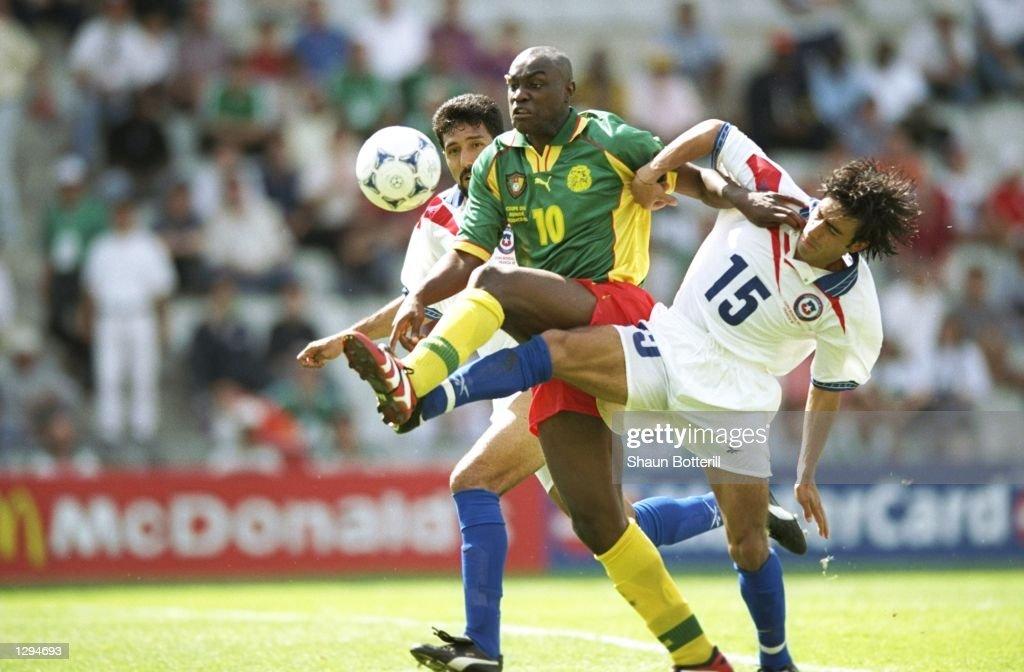 Moises Villarroel and Patrick Mboma : ニュース写真