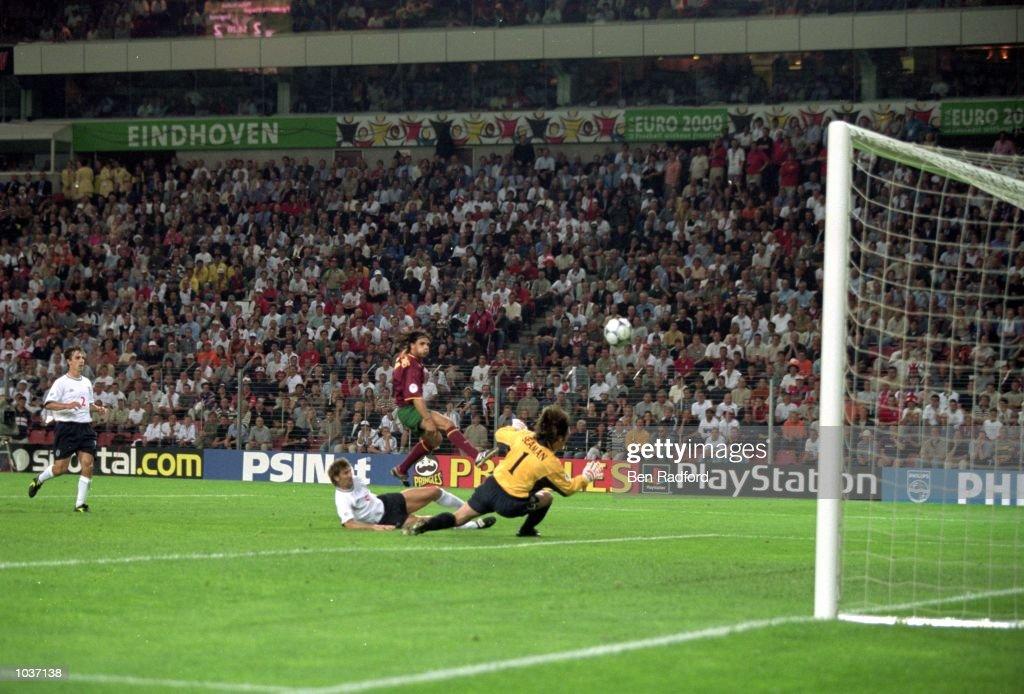 Nuno Gomes scores : News Photo