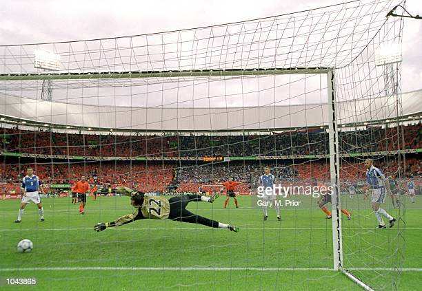 Patrick Kluivert scores the fourth for Holland during the European Championships 2000 quarter-final against Yugoslavia at the De Kuip Stadium in...