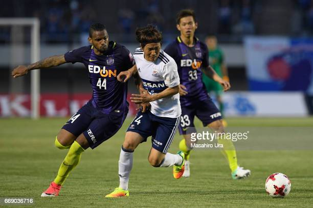 Jun Amano of Yokohama F.Marinos and Anderson Lopes of Sanfrecce Hiroshima compete for the ball during the J.League J1 match between Sanfrecce...