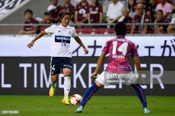 Jun Amano of Yokohama F.Marinos takes on Naoyuki Fujita of Vissel Kobe during the J.League match between Vissel Kobe and Yokohama F.Marinos at Noevir...