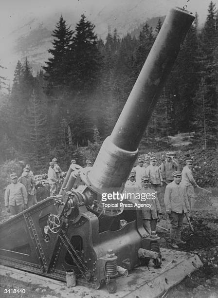One of the famous Howitzer antiaircraft guns in the use of the Italian Army